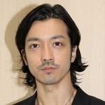 金子ノブアキの髪型、ビジネスシーンにも合うオールバック